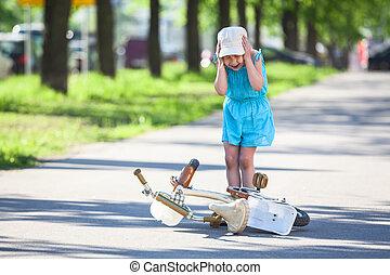 自転車, 後で, 若い, 下方に, 叫ぶこと, 女の子, 落ちる