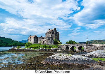 Famous Eilean Donan Castle in the highlands of Scotland -...