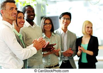 grupo, feliz, empresa / negocio, equipo, aplaudiendo
