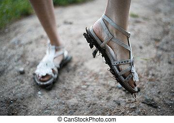 meninas, pés, Sujo, sandálias