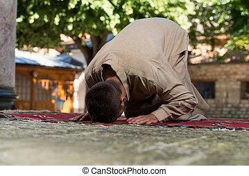 muçulmano, orando, em, mesquita