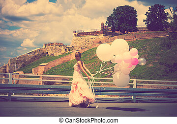 bride with balloons - happy bride in elegant wedding-dress...