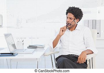 hipster, hombre de negocios, trabajando, el suyo, escritorio