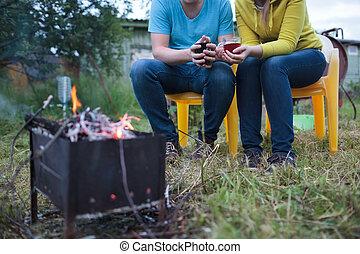 pareja, té, tazas, Manos, ardiendo fuego lento, fuego