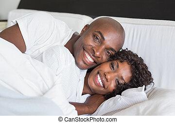 feliz, pareja, acostado, Cama, juntos