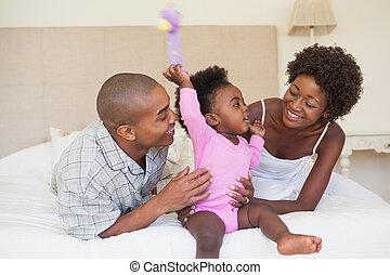 Felice, genitori, bambino, ragazza, seduta, letto, insieme
