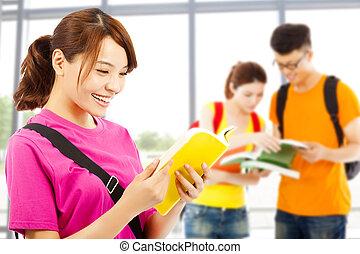 joven, Estudiante, leer, libro, compañeros de clase,...