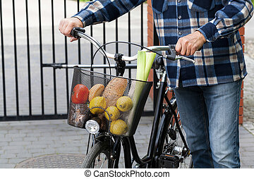 hombre, bicicleta, cesta, Lleno, comestibles