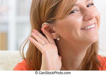 mujer, Llevando, sordo, ayuda