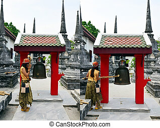 knell bel - Thai woman knell bell in Wat Phra Mahathat...