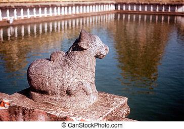 Chidambaram - nandi overlooking holy pond