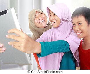 Trois, musulman, gosses, jouer, tablette, informatique