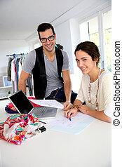 Moda, Diseñadores, trabajando, en, creación,...