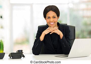medio, edad, africano, mujer de negocios, oficina