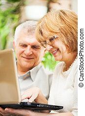 usando, anziano, coppia,  laptop