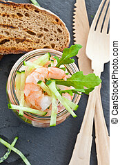 camarão, salada, jarro