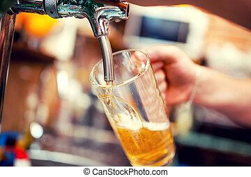 close-up, Barman, mão, Cerveja, torneira, Despejar,...