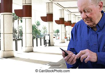 anciano, hombre, el marcar, célula, teléfono