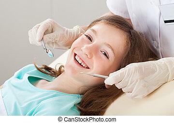 feliz, niña, el experimentar, dental, tratamiento