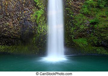 Multnomah falls - Bottom of Multnomah water falls in Oregon