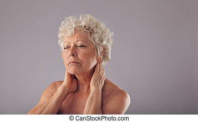 Sênior, mulher, com, pescoço, dor,