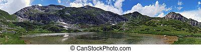 Panoramica di un Lago Alpino di Alta Montagna - Panoramica...