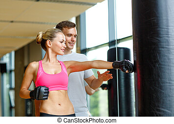 sonriente, mujer, personal, entrenador, boxeo, gimnasio
