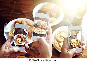amis, utilisation, smartphones, prendre, photos, nourriture,...