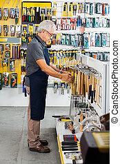 vendedor, trabajando, en, hardware, Tienda