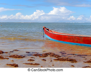 Barco vermelho - pequeno barco na praia de Coroa Vermelha Um...