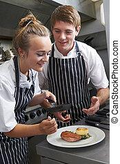 Chef, instructivas, aprendiz, en, restaurante, cocina