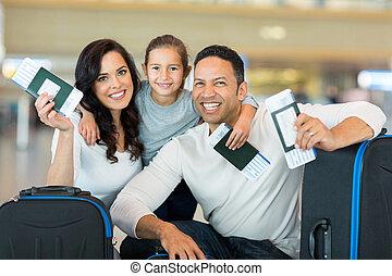 família, segurando, embarcar, passagem, passaporte