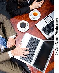 Laptops, usando, dois, pessoas