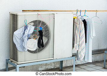 Drying by airconditioner heating unit - Drying clothed by...