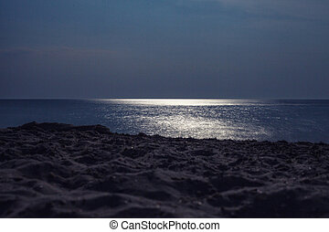 The sea - Reflexion of the full moon in sea water