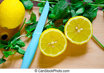 Lemon with mint - Cut the lemon and mint are on the board