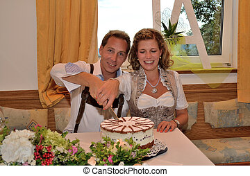 Brautpaar schneidet Torte an - Bride and groom to cut...