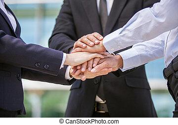 closeup, negócio, equipe, segurando, mãos,...
