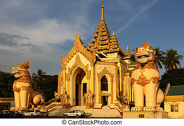 Giant Leogryphs Shwedagon Pagoda - giant leogryphs at the...