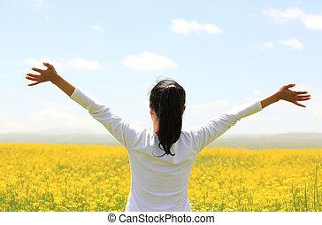 alegrando, mulher, abertos, braços