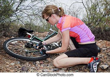 femme, réparation, montagne, Vélo