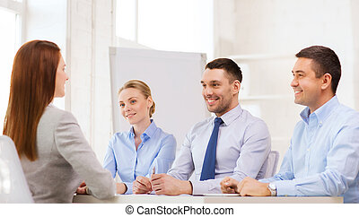 sonriente, mujer de negocios, entrevista, oficina