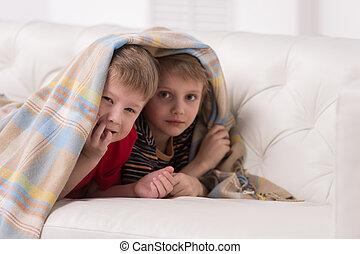 dois, crianças, olhar, câmera, sob, cobertor,...