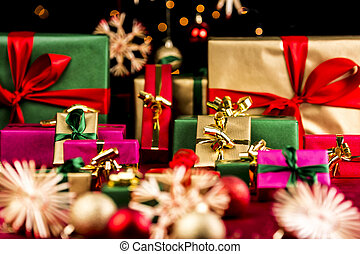 Plenty of Xmas Gifts in Red, Gold and Green - Many plain...