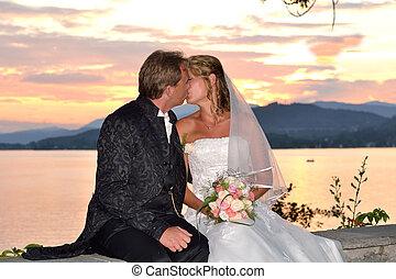Hochzeitspaar kuesst sich