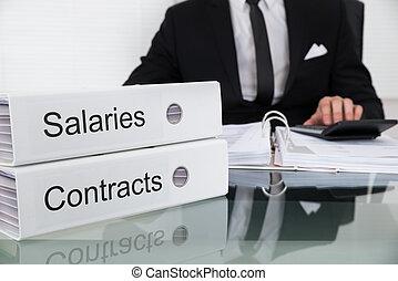 homme affaires, calculer, Salaries, et, contrats