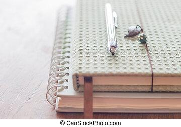 pluma, dos, cuadernos
