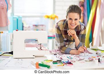 retrato, sonriente, sastre, Costura, máquina