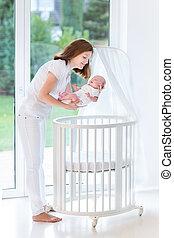 joven, madre, poniendo, ella, recién nacido,...
