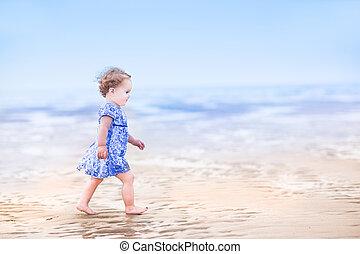 CÙte, toddler, menina, azul, Vestido, andar, praia,...
